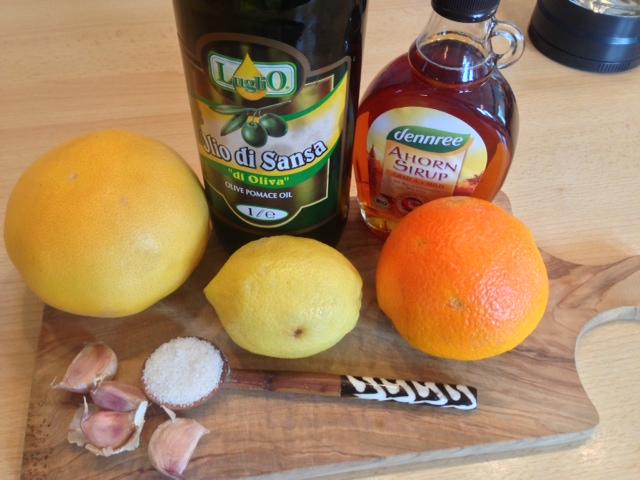 Salat Dressing aus Zitrus und Olivenöl, Knoblauch, Salz