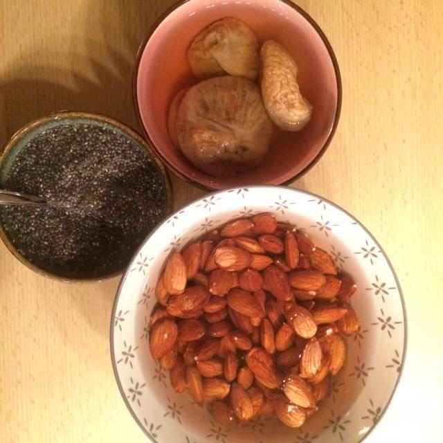 eingeweichte Nüsse, Feigen und chia samen