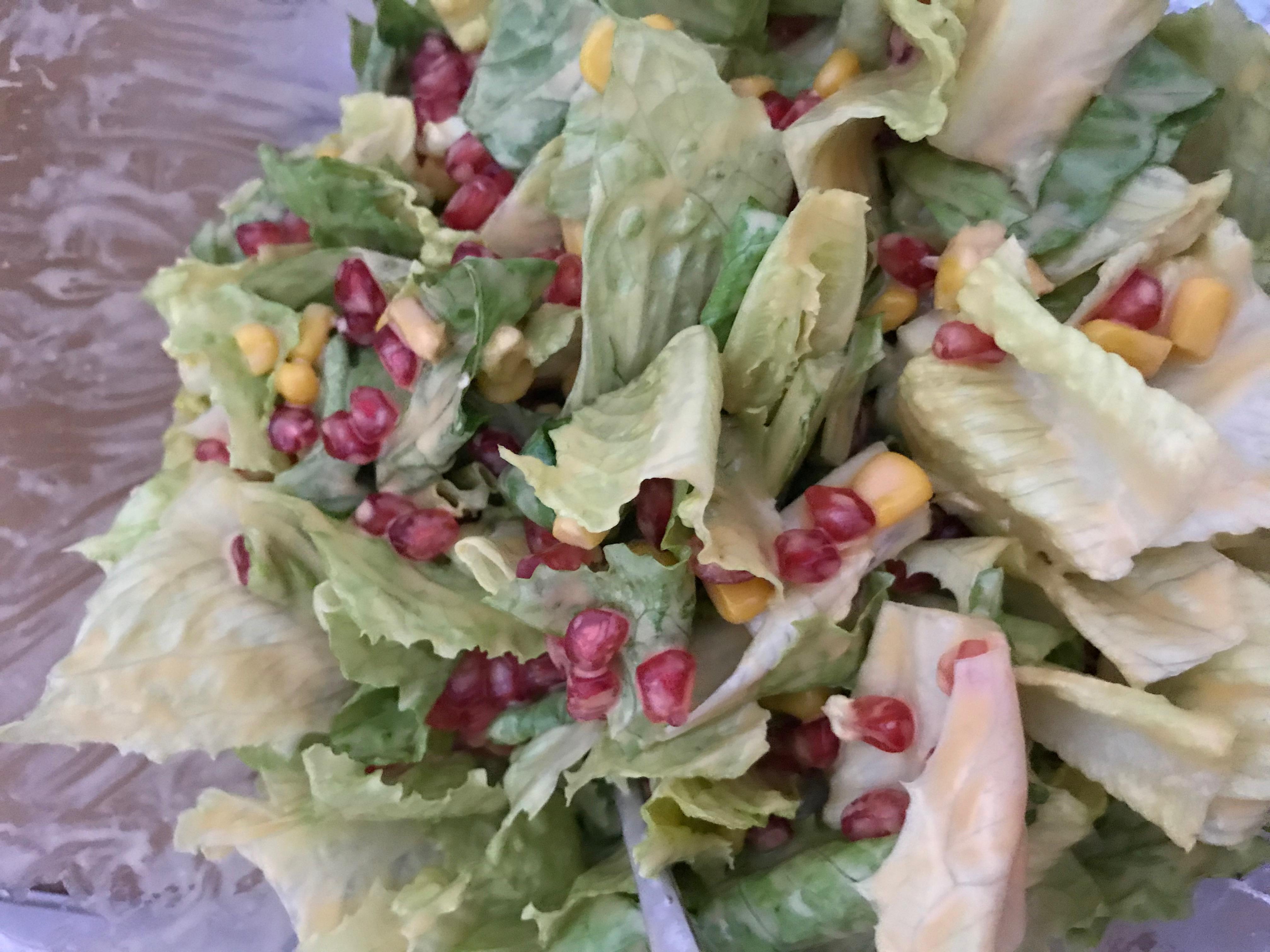 Salat mit Granatapfel und Mais